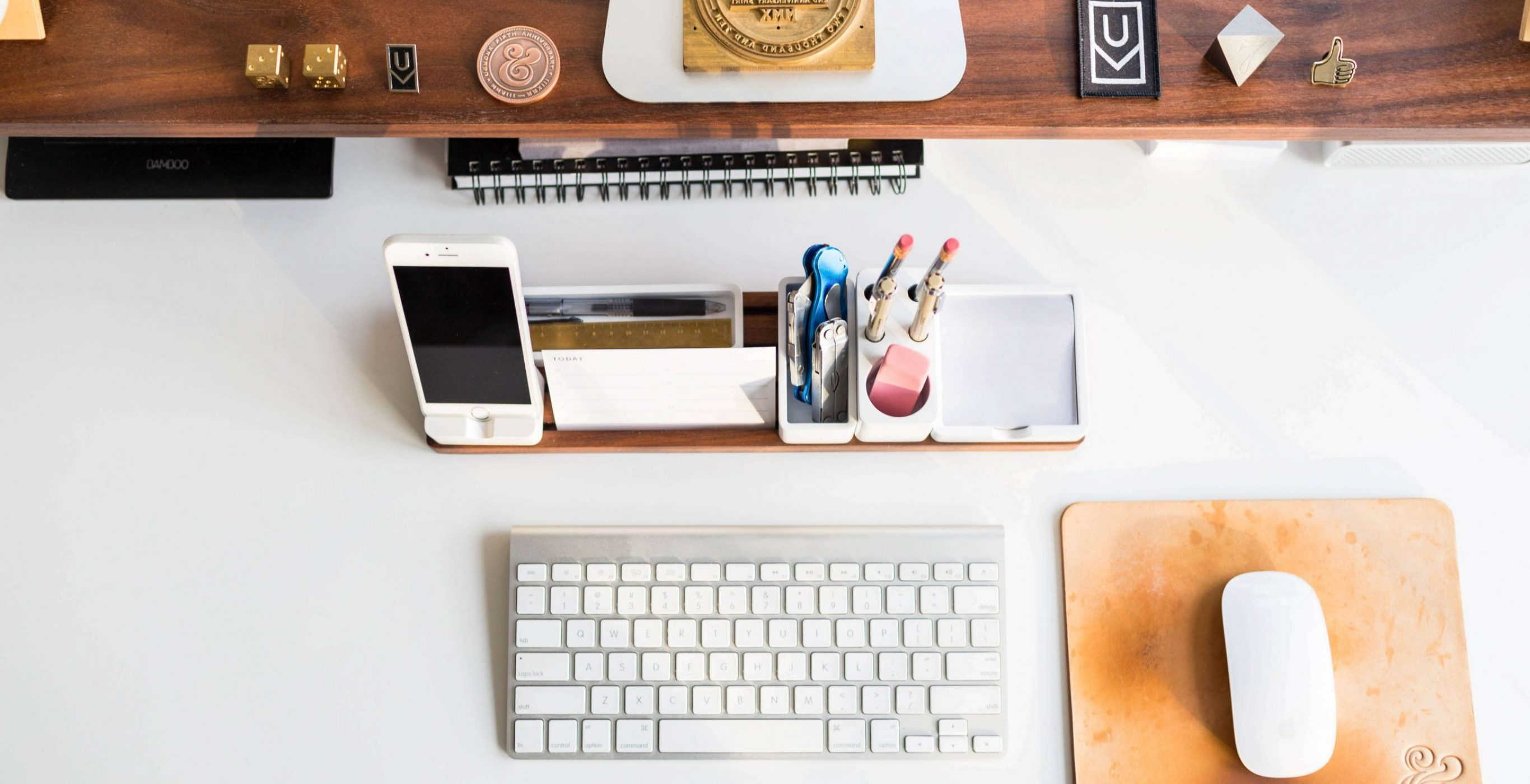An image of a well-organized desk, used as a featured image for the article